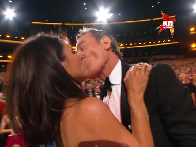 Брайан Крэнсон неприлично поцеловал Джулию Луи-Дрейфус в прямом эфире