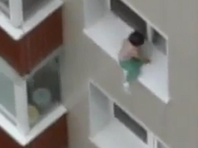 Ребенок на карнизе едва не падает вниз