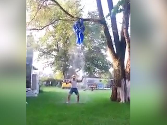 Америка, будь оригинальной: парень облился холодной водой, стреляя из ружья