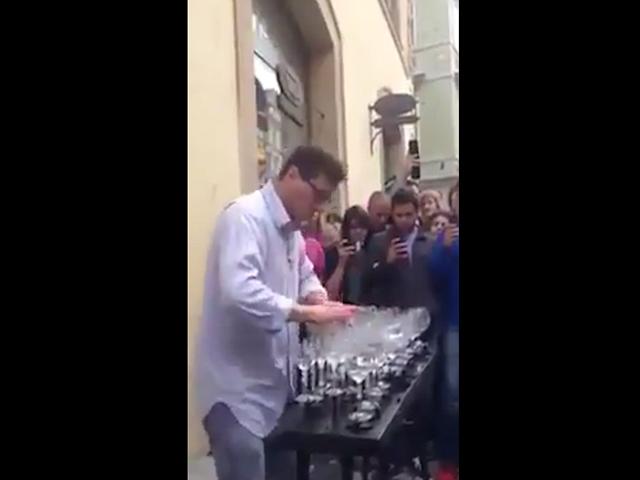 Уличный музыкант покорил интернет  «La Campanella» Паганини сыграной на бокалах