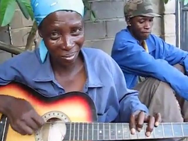 Барбадосская барышня удивляет нетривиальными приёмами игры на гитаре