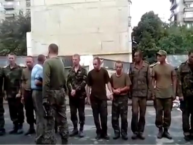 В Снежном пленных украинских военных вывели к местным жителям