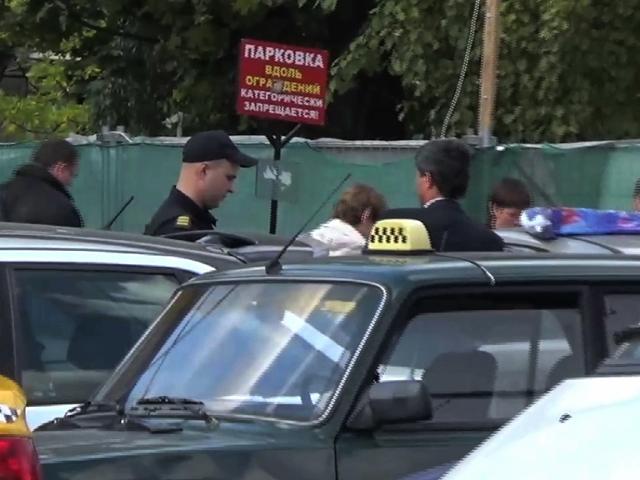 Полицейские проверяют нелегальных таксистов