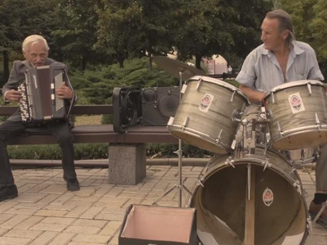 В Донецке каждые выходные играет дуэт дедушек-рокеров
