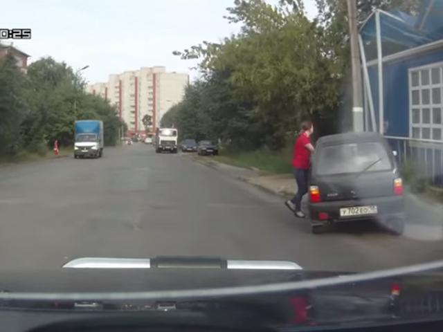 """Неуправляемую """"Оку"""" в Ижевске смог остановить только столб"""