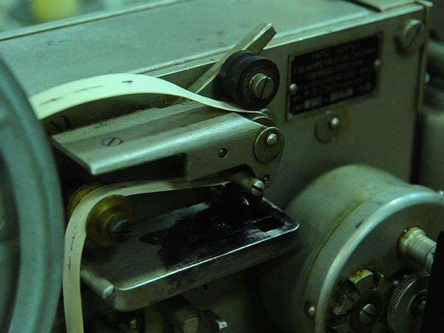 Владимир Цукор, директор Музея истории центрального телеграфа, рассказывает о принципе работы аппарата Морзе