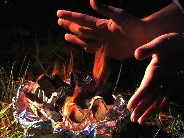 Как разжечь огонь с помощью жвачки и сделать мангал ножницами