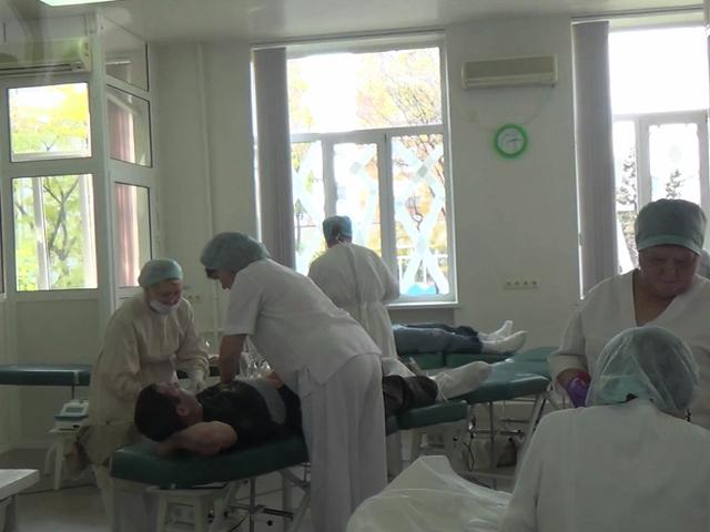 Премьер-министр ДНР Александр Захарченко и состав Совета министров сдали кровь для раненых ополченцев и мирных граждан, пострадавших от обстрелов