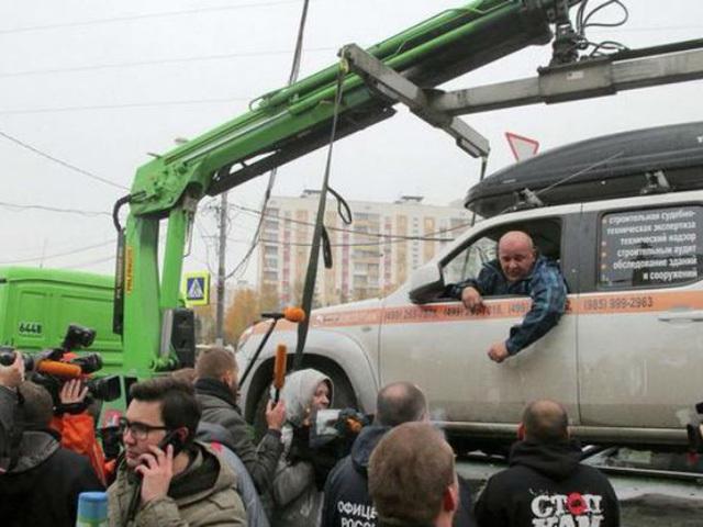 Москвич сутки спасал свой автомобиль от эвакуации