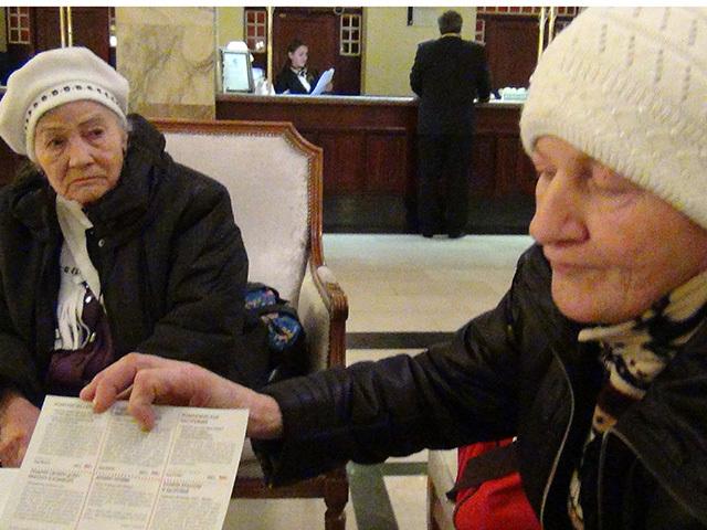 Пенсионеры со всей России приехали в Москву получить по 10 млн. рублей