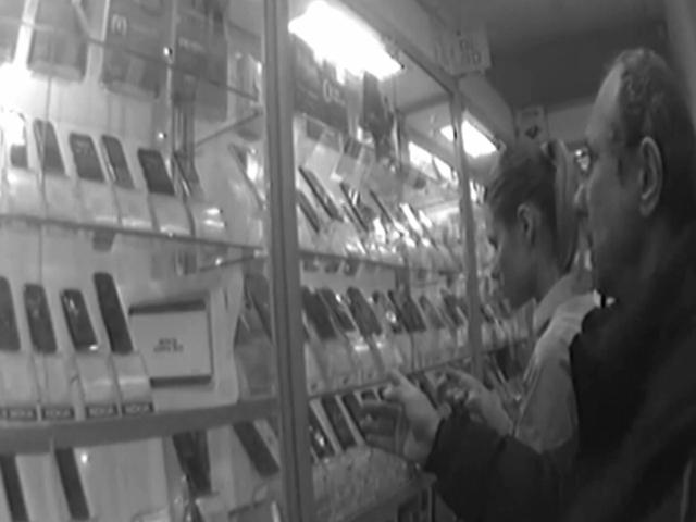 Мужья следили за женами с помощью подаренных смартфонов