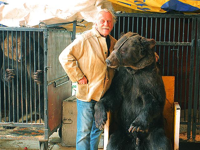 Волгоградский циркач остался на улице с медведями