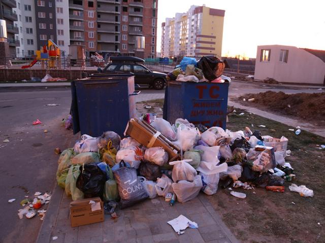 Мусор три недели лежал под окнами жилого дома в Минске