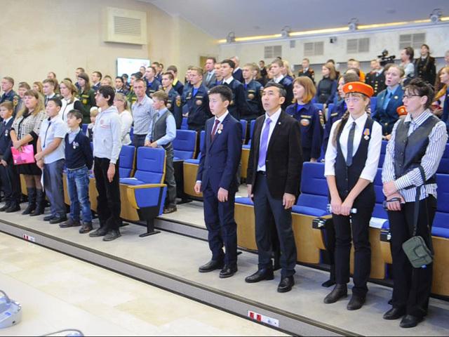 Спасатели МЧС наградили детей-героев
