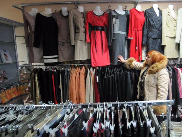 Работницы шейного производства изготавливают тёплую одежду для ополченцев ДНР