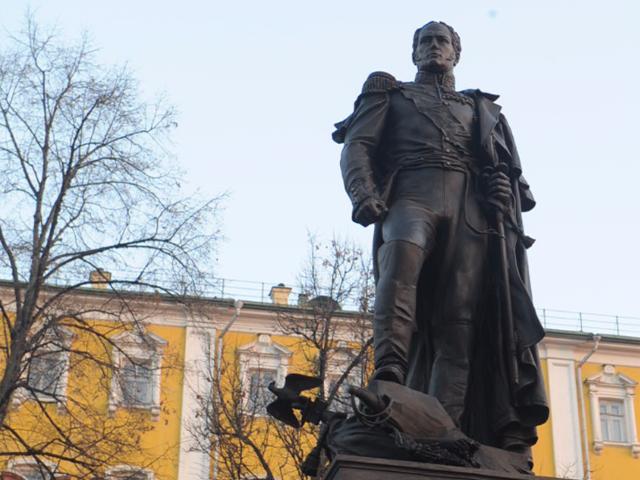 Владимир Путин открыл памятник Александру I у стен Московского Кремля