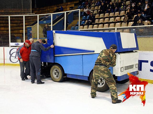 Машина для заливки льда сломалась во время матча в Барнауле (ноябрь 2014 года)