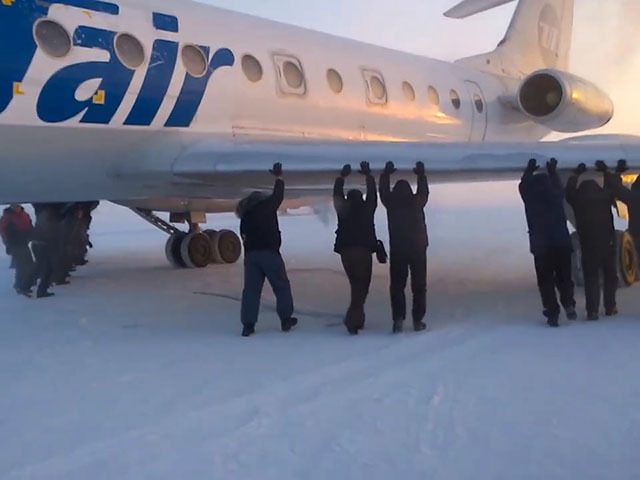 Пассажирам пришлось толкать самолет Ту-154 который примерз к ВПП