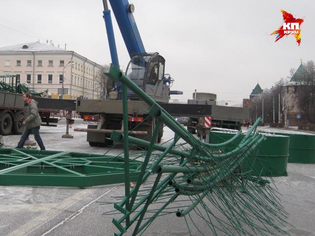На площади Минина начали устанавливать елку к Новому 2015 году