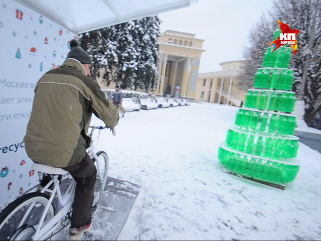 В Москве зажгли Рождественскую эко-елку от велосипеда с генератором электроэнергии