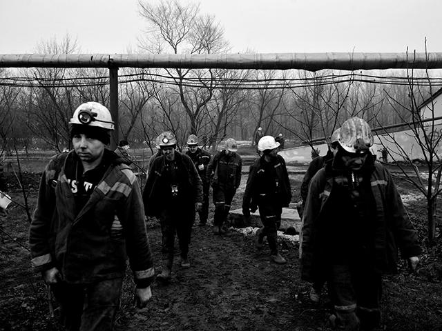 """Шахтеры """"Коммунарской"""" восстановили разрушенную  войной шахту и снова добывают уголь для Донбасса"""