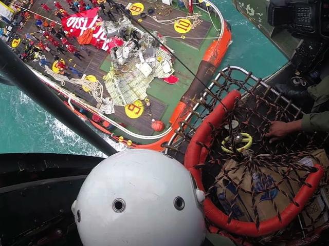 Спасатели подняли хвост малайзийского лайнера