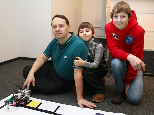 Юный школьник с папой и братом создали робота для сортировки мусора