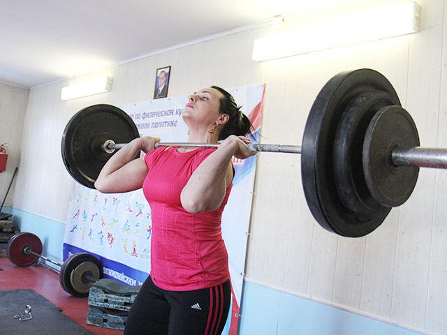 Олимпийская чемпионка по тяжелой атлетике Светлана Подобедова на тренировке в Иркутске