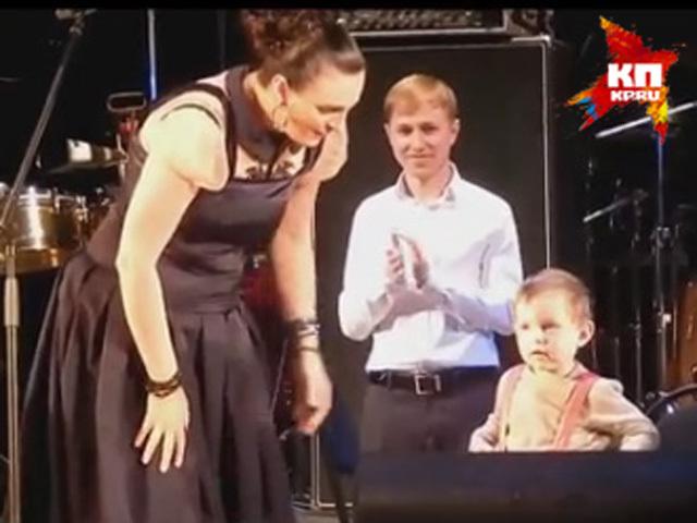 В Нижнем Новгороде Елена Ваенга вышла на сцену с сыном Иваном