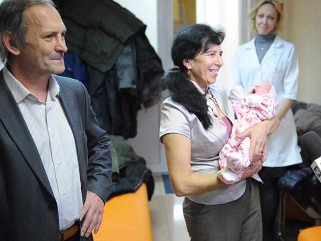 Родившая в 60 лет москвичка показала  журналистам свою новорожденную дочь
