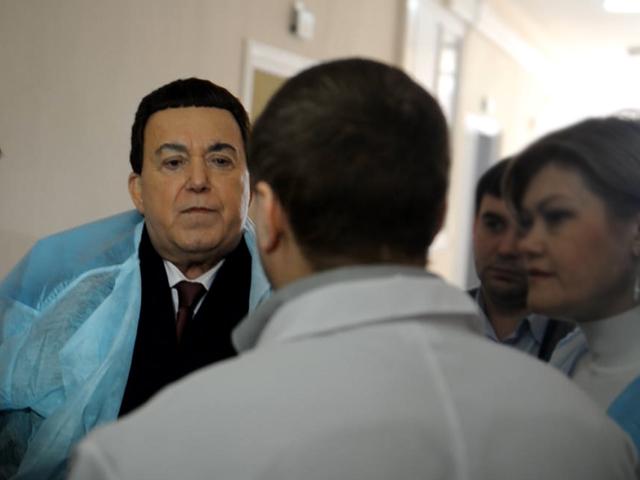 Иосиф Кобзон привёз в больницы Луганска гуманитарную помощь