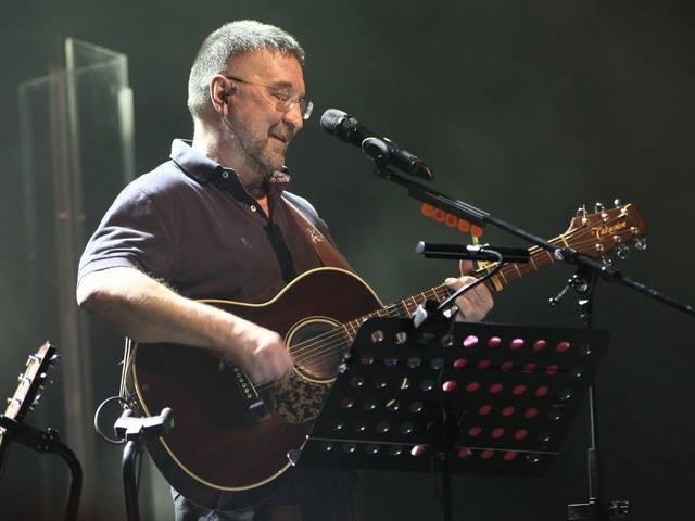Юрий Шевчук на концерте в Минске жал руку зрителям в зале и читал стихи