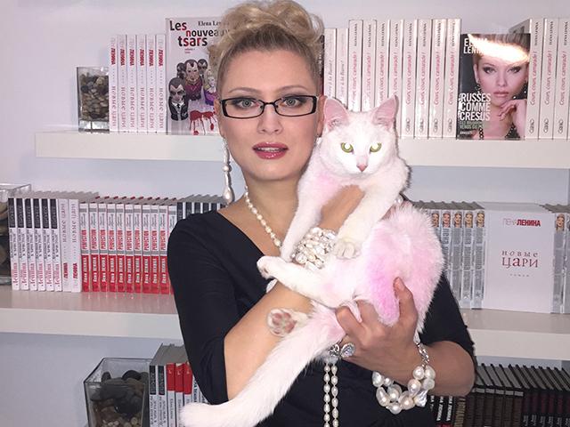 Розовый котенок Лены Лениной вырос белым и пушистым