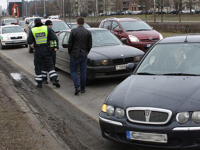 В Вильнюсе водители поймали и передали в полицию дерзкого белоруса на BMW