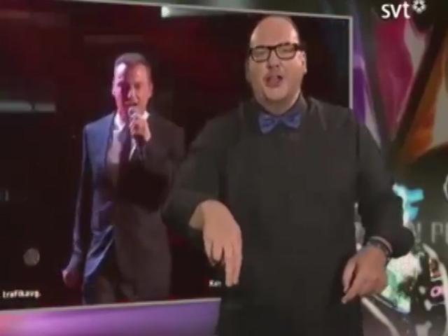 Танцующий сурдопереводчик затмил певца своим шоу