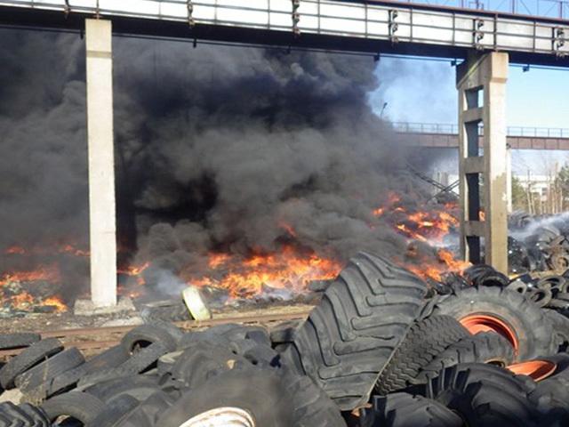 В Могилеве спасатели почти три часа тушили пожар на полигоне автомобильных шин
