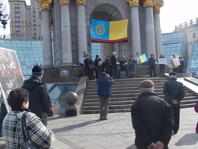 В центре Киева - митинги, венки и люди в военной форме