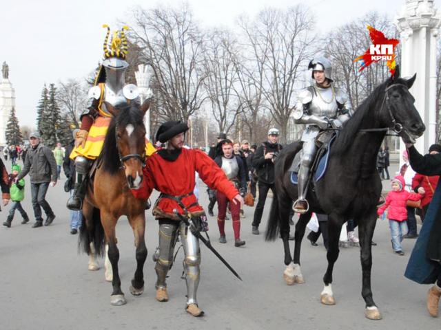 Рыцари на лошадях в исторических доспехах промаршировали по ВДНХ