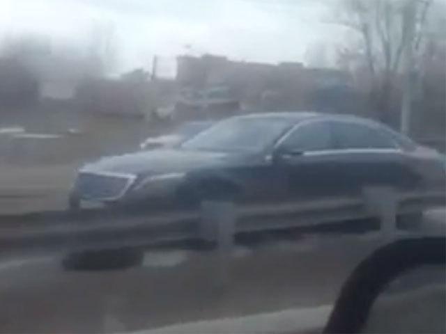 В яму на улице Ширямова в Иркутске автомобили попадают каждый день