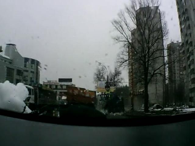 В Воронеже грузовик потерял прицеп с кирпичами