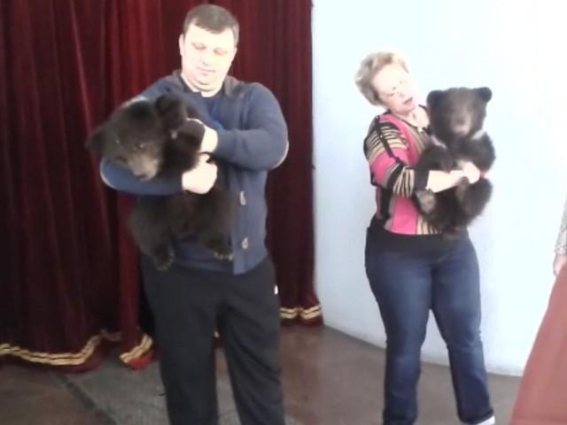 Спасенные кузбасские медвежата на руках у дрессировщиков