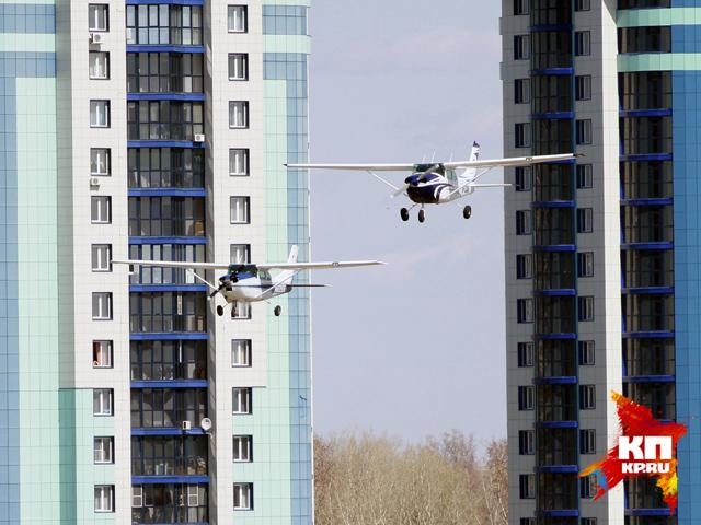 В небе над Барнаулом к 25-летию летной школы прошло авиашоу