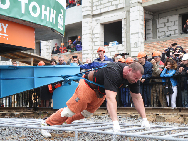 Белорусский силач установил новый рекорд Гиннесса: протащил 118-тонный башенный кран на 1 метр и 43 сантиметра