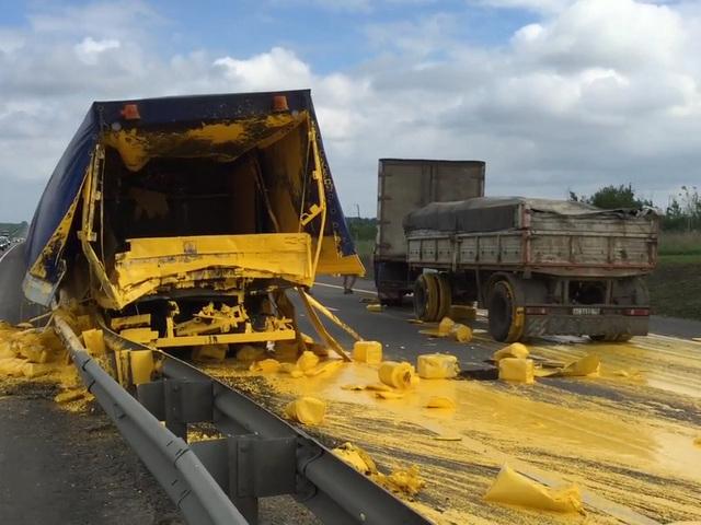 Фура протаранила грузовик с краской