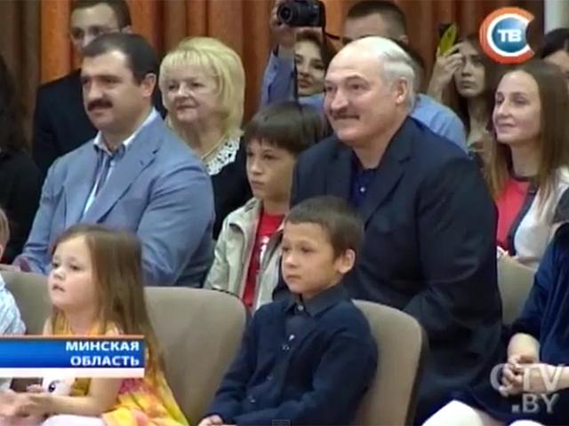 Александр Лукашенко пришел на выпускной вечер младшего сына Николая