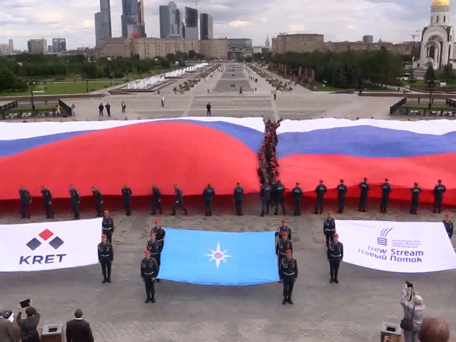 Курсанты МЧС развернули самый большой флаг России