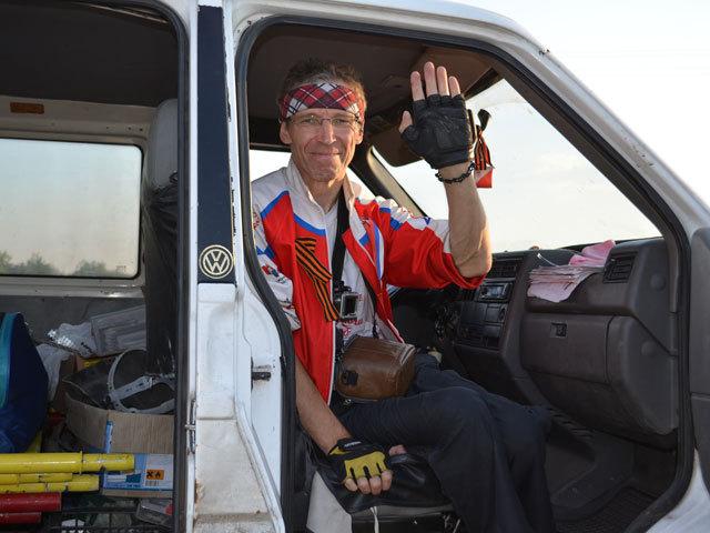 Прохоровское поле посетил Игорь Скикевич, путешествующий по стране автостопом на инвалидной коляске