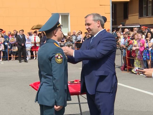 Глава МЧС вручил золотые медали выпускникам пожарной академии