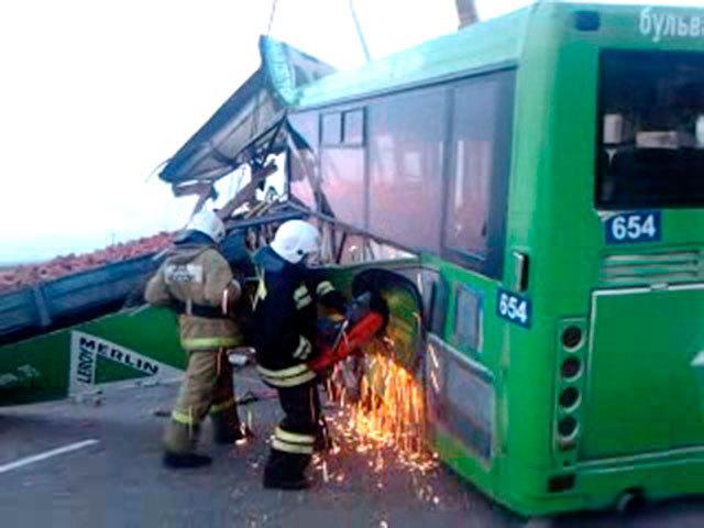 Спасатели в течение нескольких часов разбирали место аварии и завершили работы к полуночи