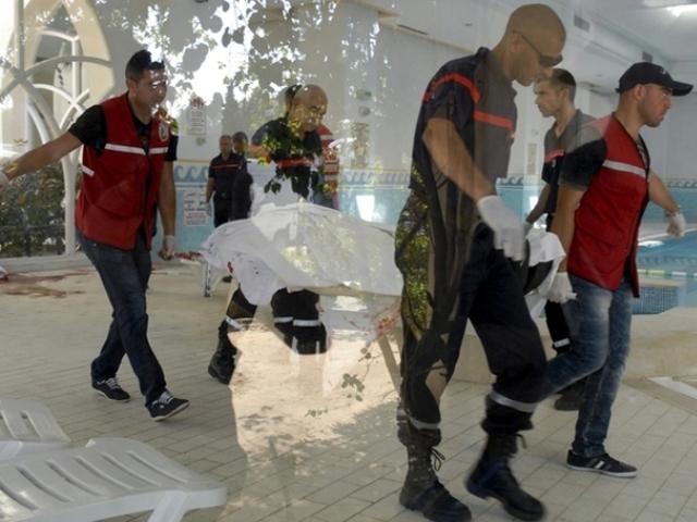 В Тунисе террористы открыли огонь по туристам возле отелей